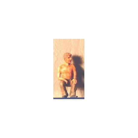 Homme torse nu assis (figurine non peinte)