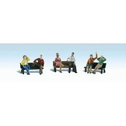 Échelle HO : Personnages assis avec bancs