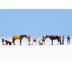 HO/ Travail d'écurie : 6 figurines + 2 chevaux + accessoires